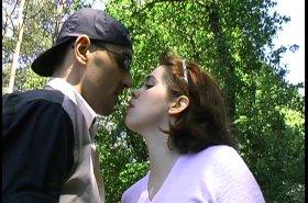 Une promenade en amoureux qui se termine en baise public !